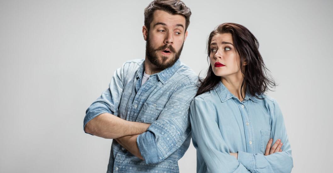 Kvinna och man som diskuterar pengar