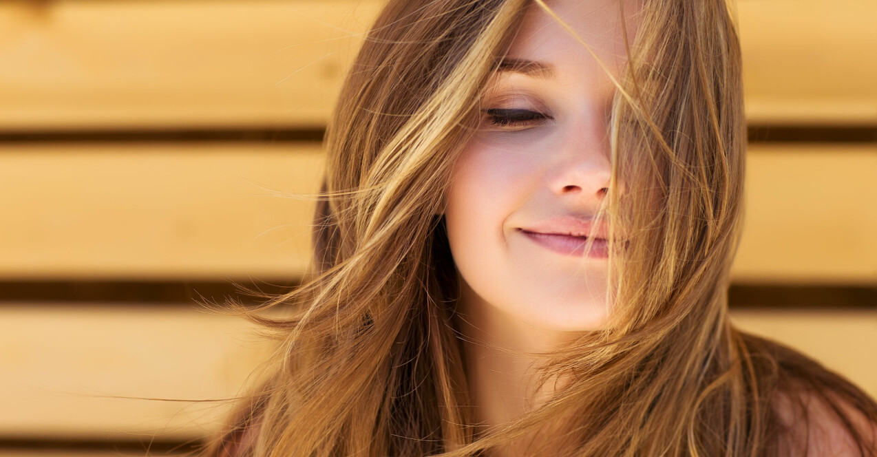 Kvinna vars hår blåser i vinden.
