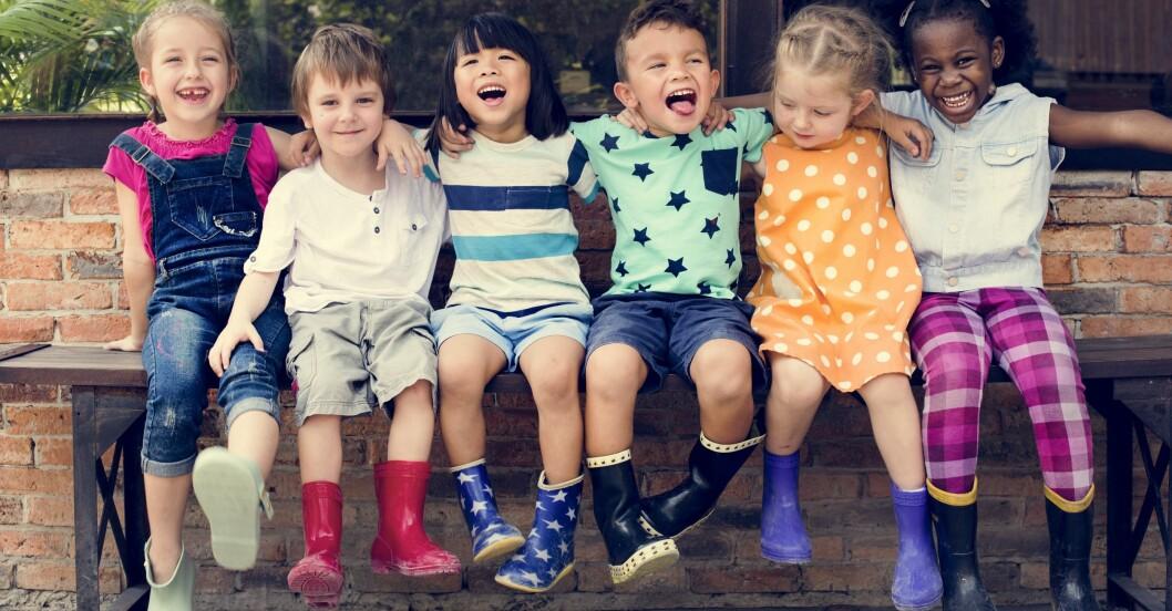 Grupp med glada barn