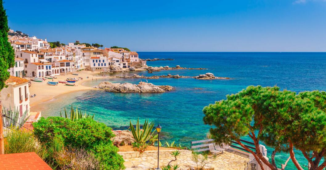 Strand med hus i Spanien