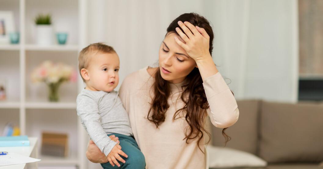 Stressad mamma med barn.