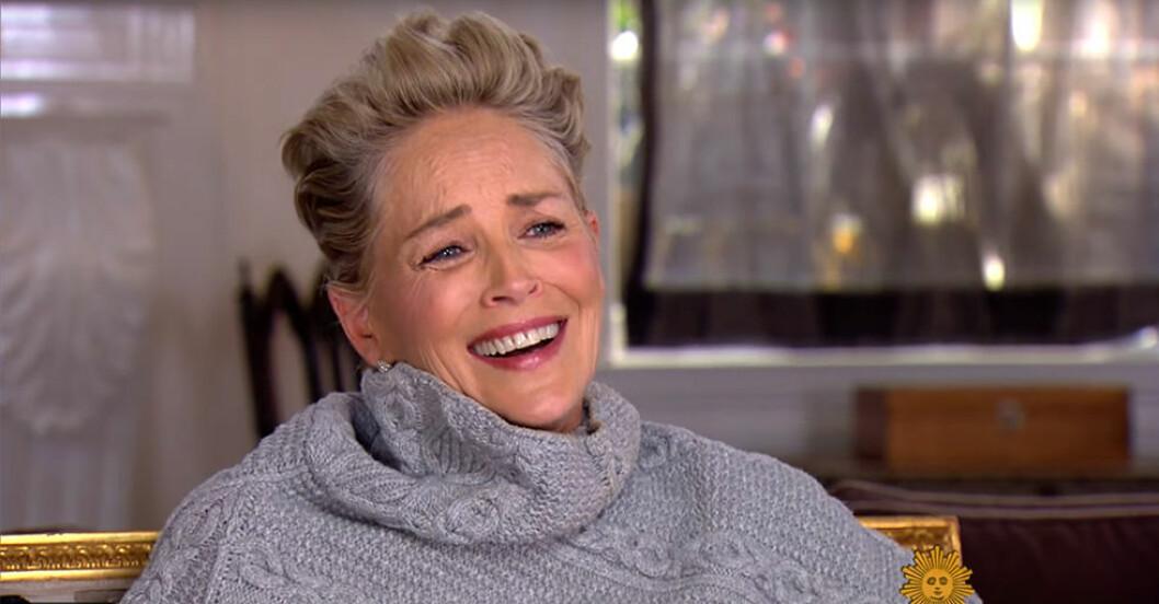Skådespelerskan Sharon Stone började skratta högljutt när reportern frågade om hon någonsin varit med om sexuella trakasserier i Hollywood.