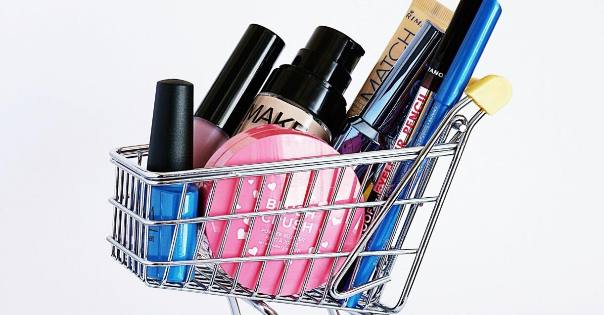 sminkprodukter i shoppingvagn