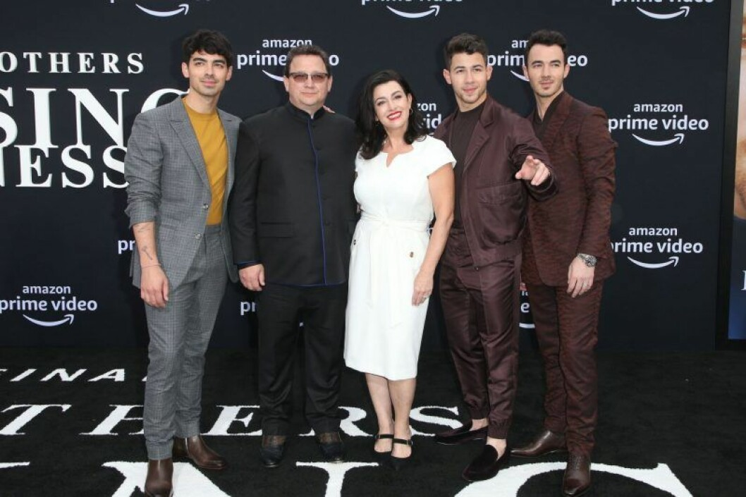 The Jonas brothers med pappa Paul Kevin Jonas och mamma Denise Miller-Jonas