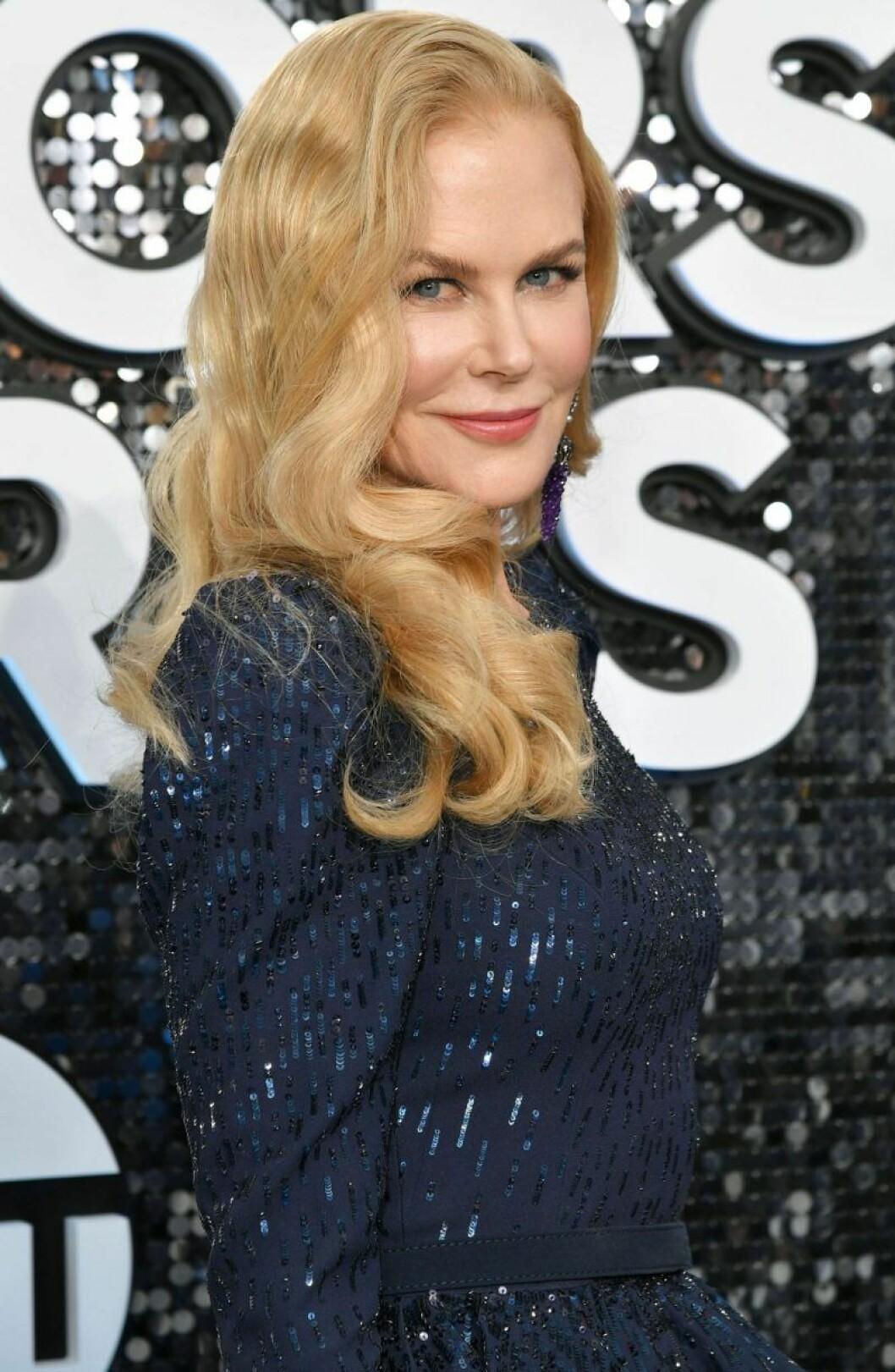 Nicole Kidman ler och har utsläppt blont hår
