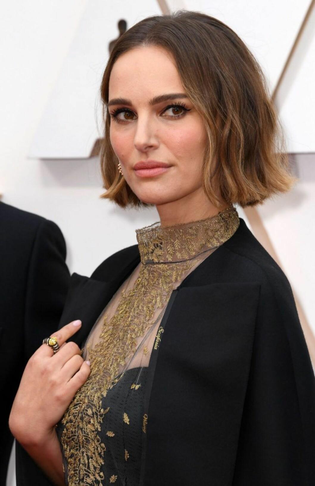 Natalie Portman i svart kappa