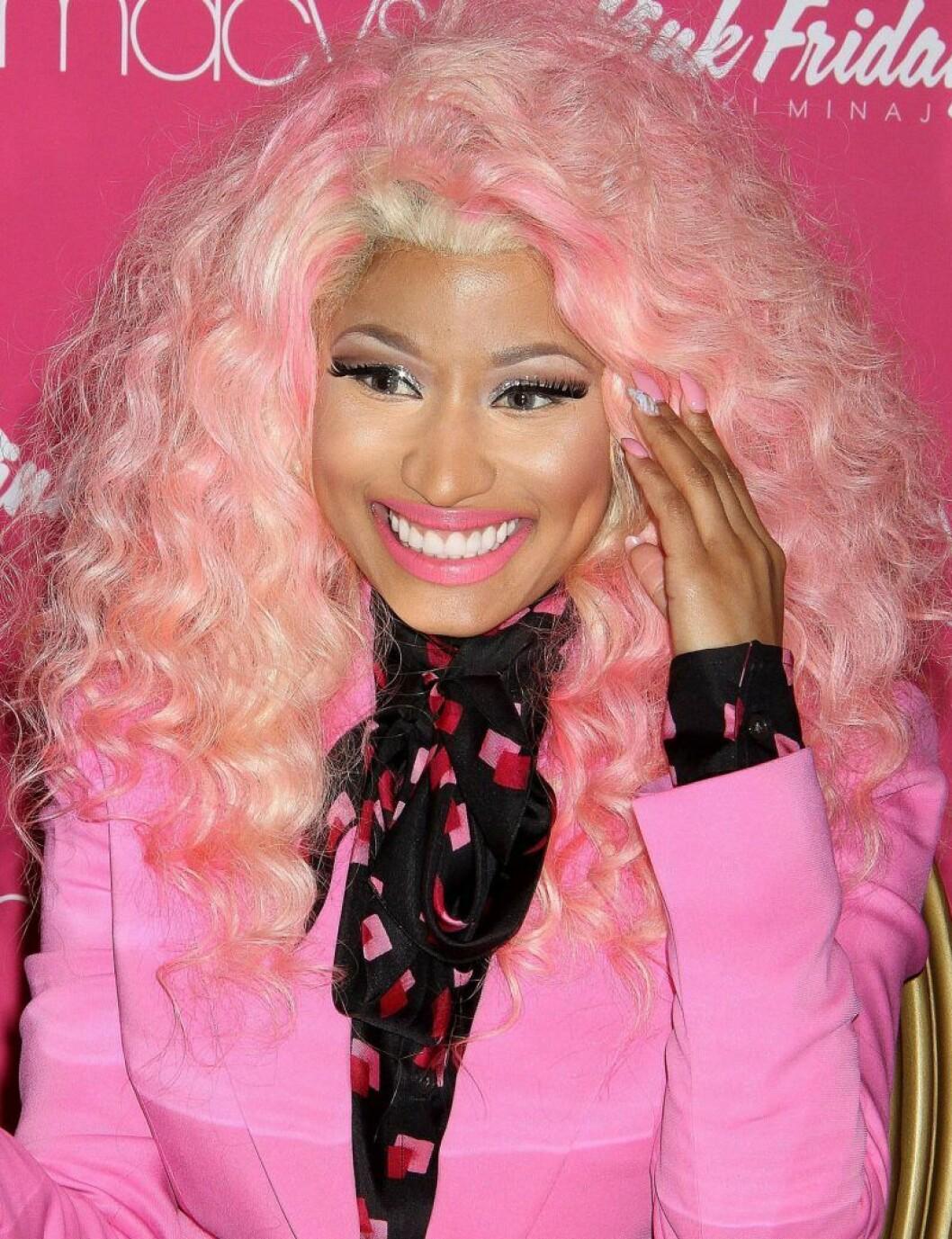 Nicki Minaj i rosa hår