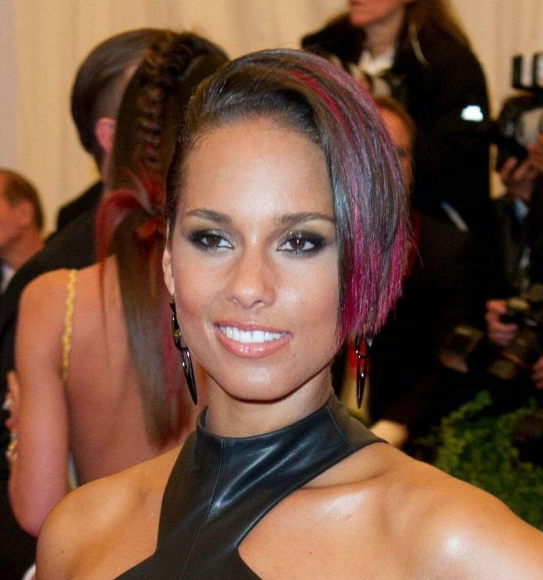 Alicia Keys i rosa hår