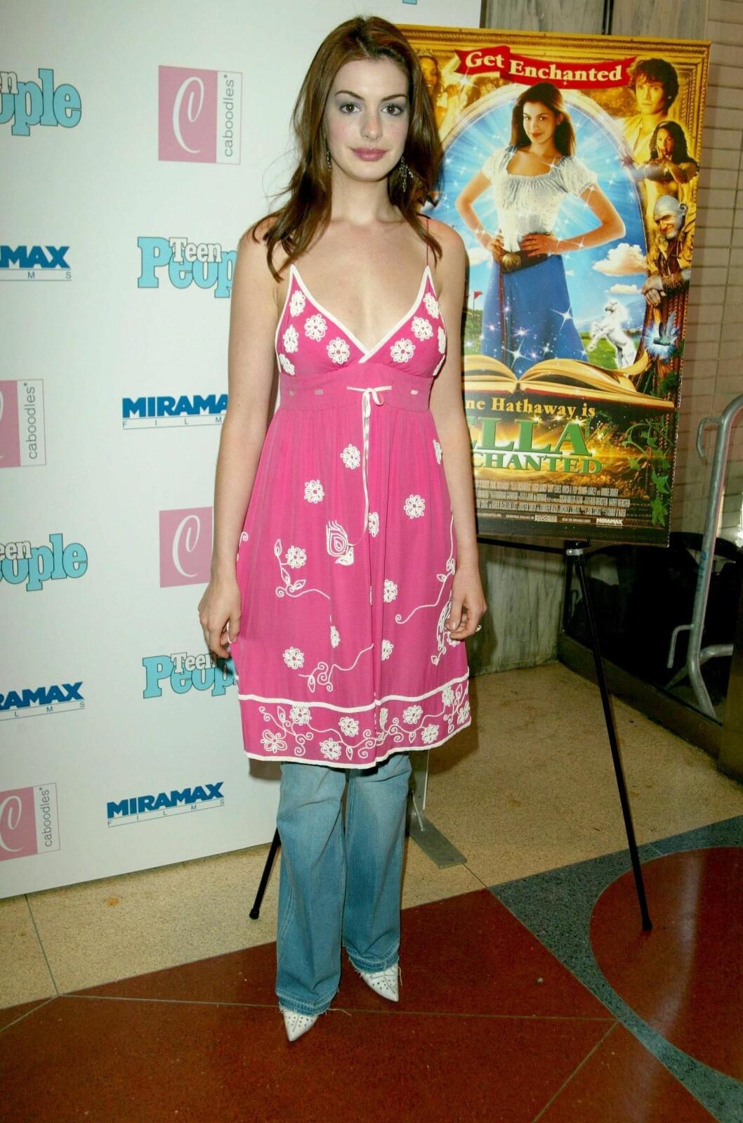 Anne Hathaway i klänning med jeans