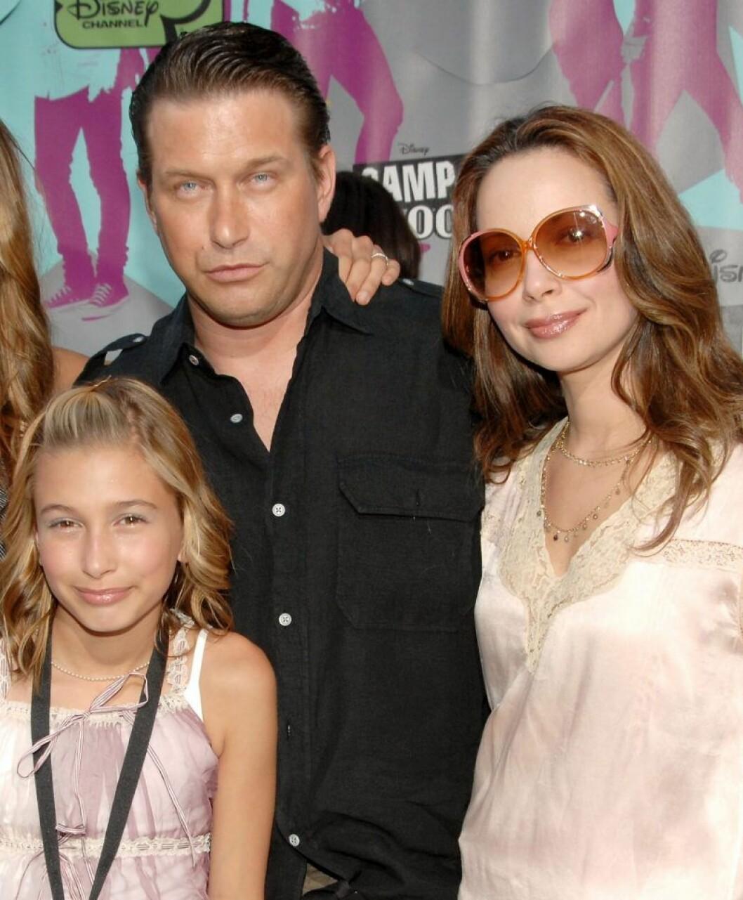 Hailey Bieber med pappa Stephen Baldwin och mamma Kennya Baldwin