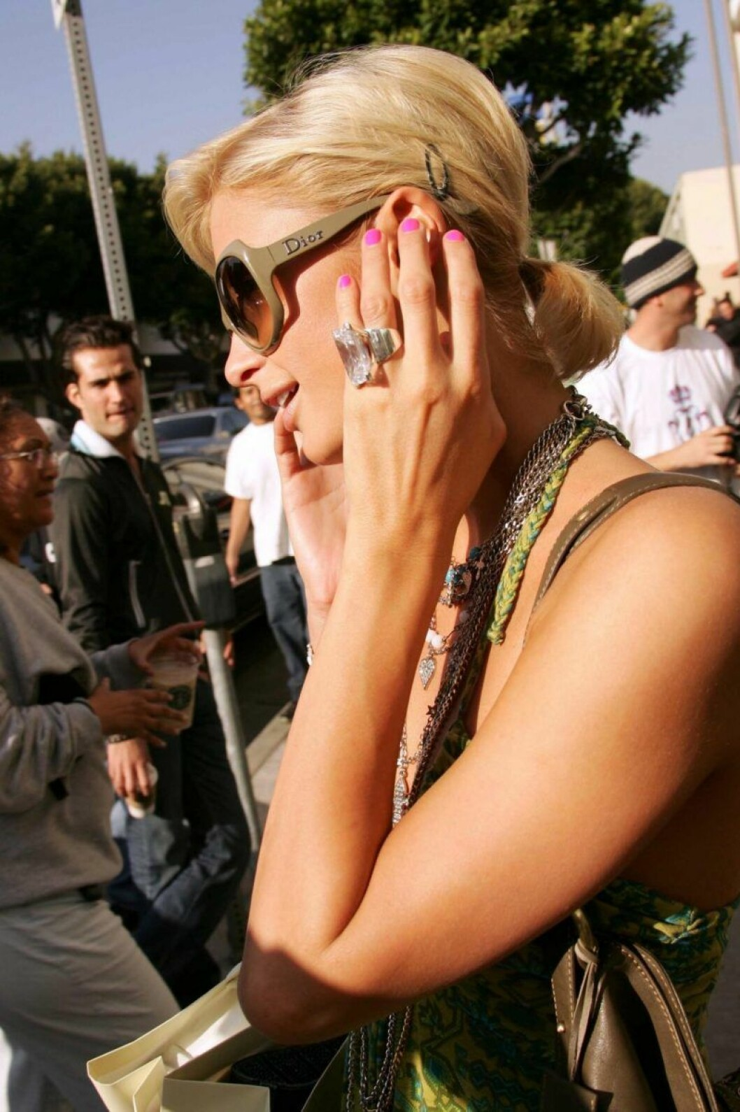 Paris Hilton pratar i telefon