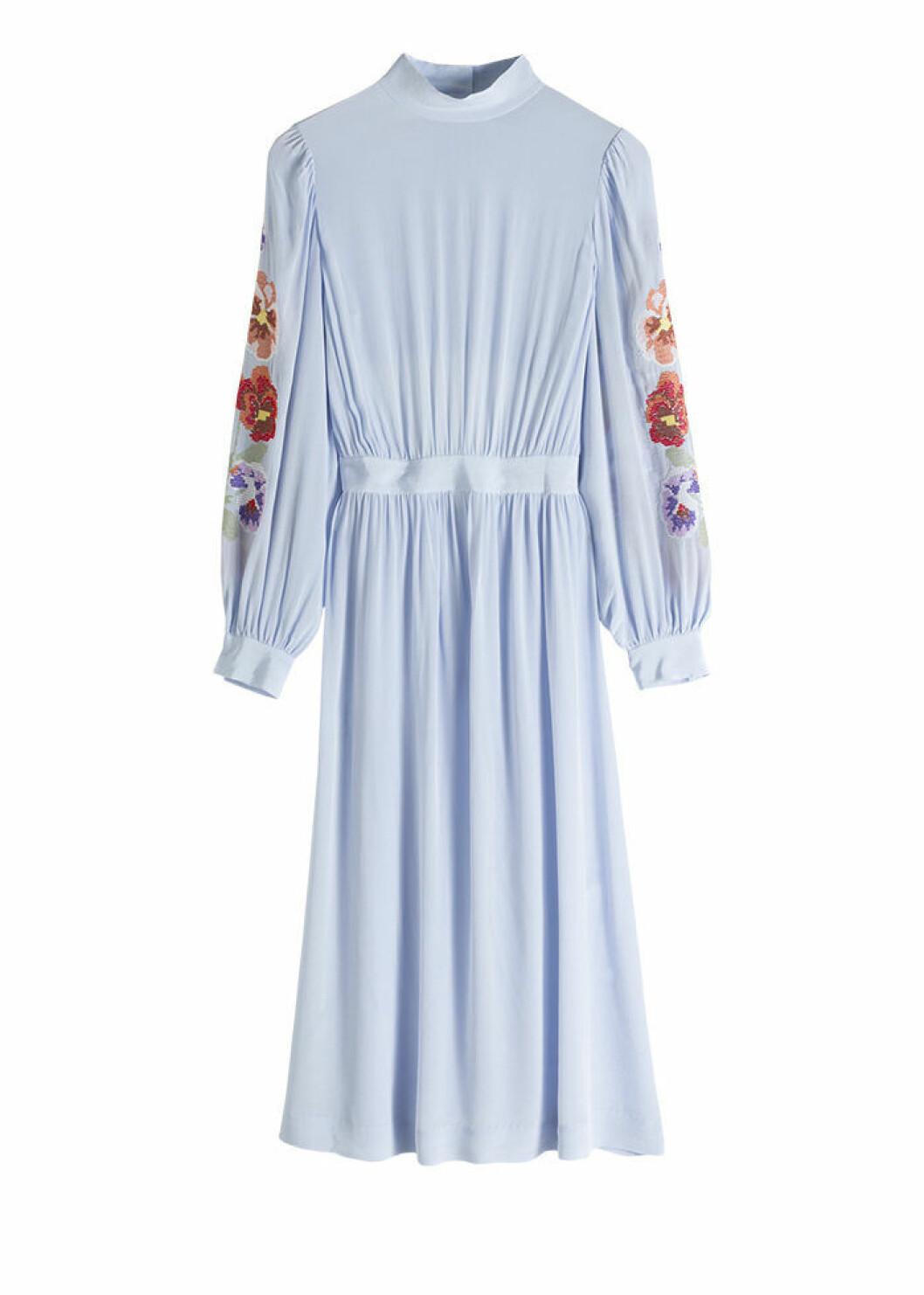 Ljusblå midiklänning med blommigt print på ärmarna