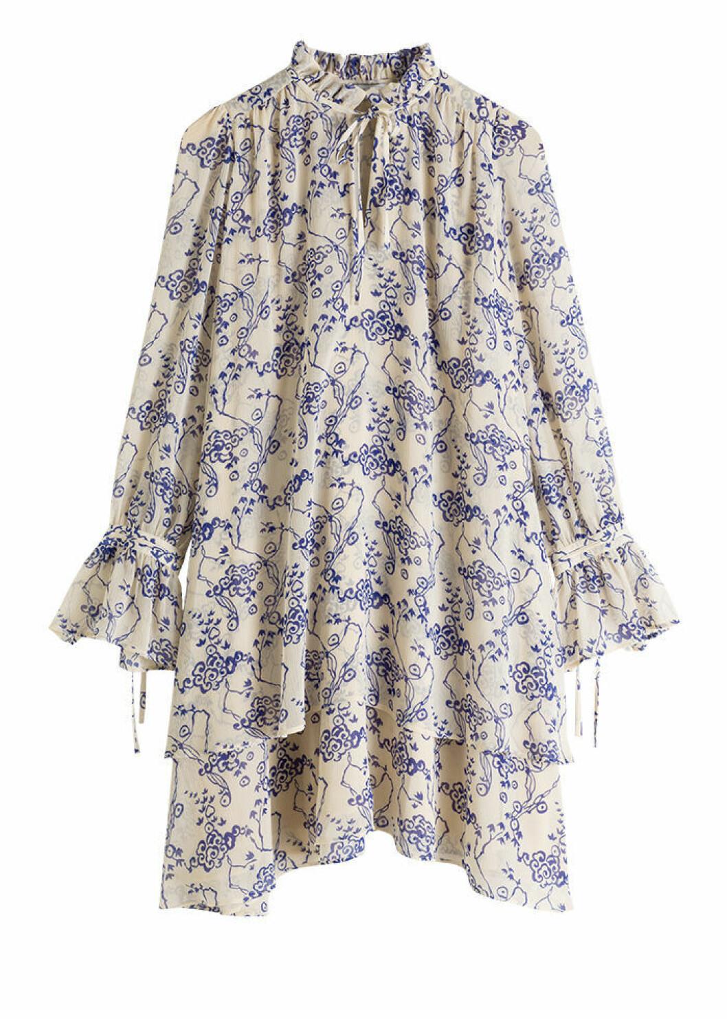 Vit klänning med blå brodyr