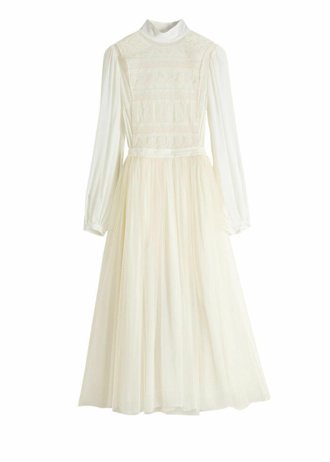 Vit klänning med lång ärm och vid kjol