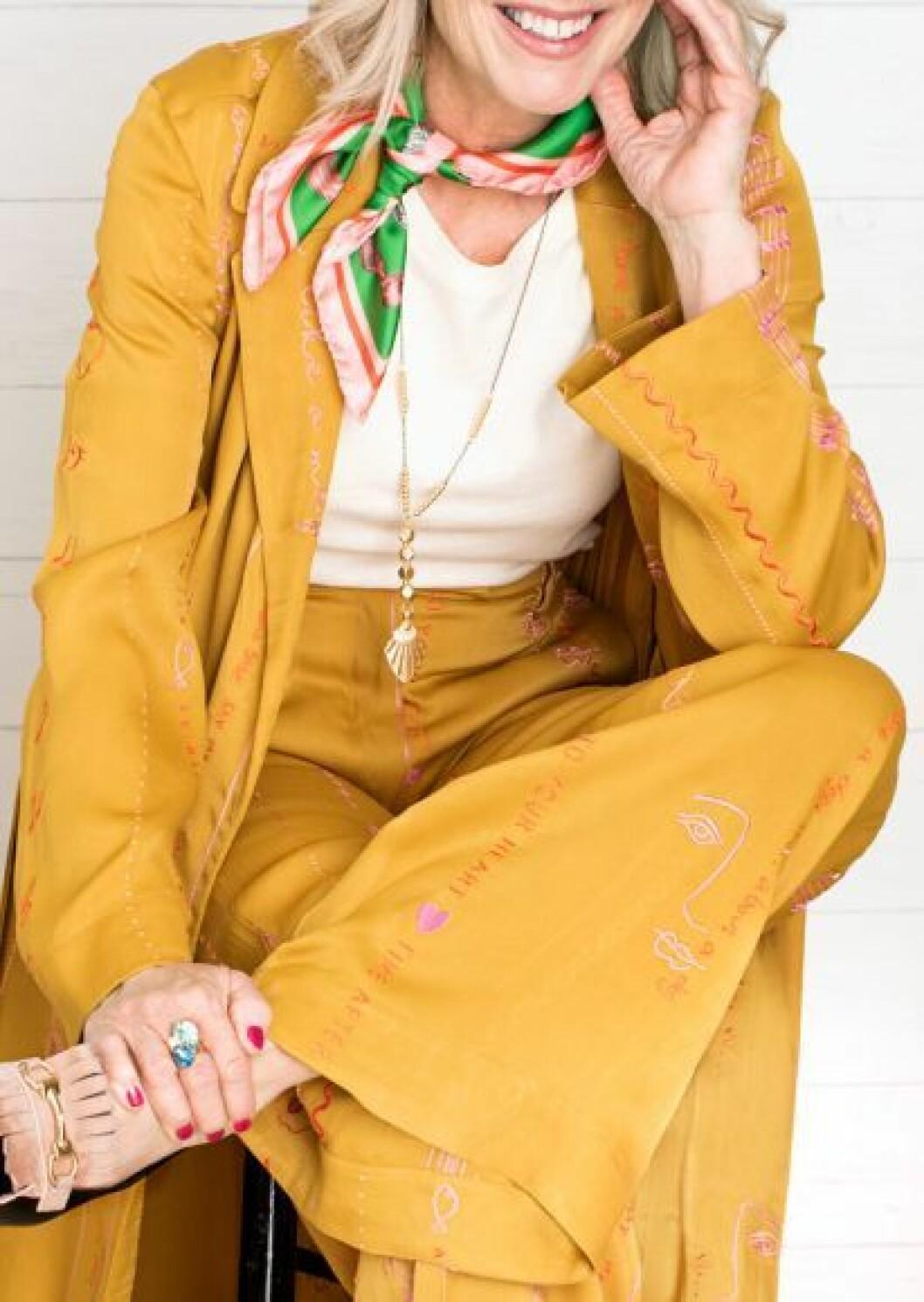 Kvinna i gula kläder och sjal