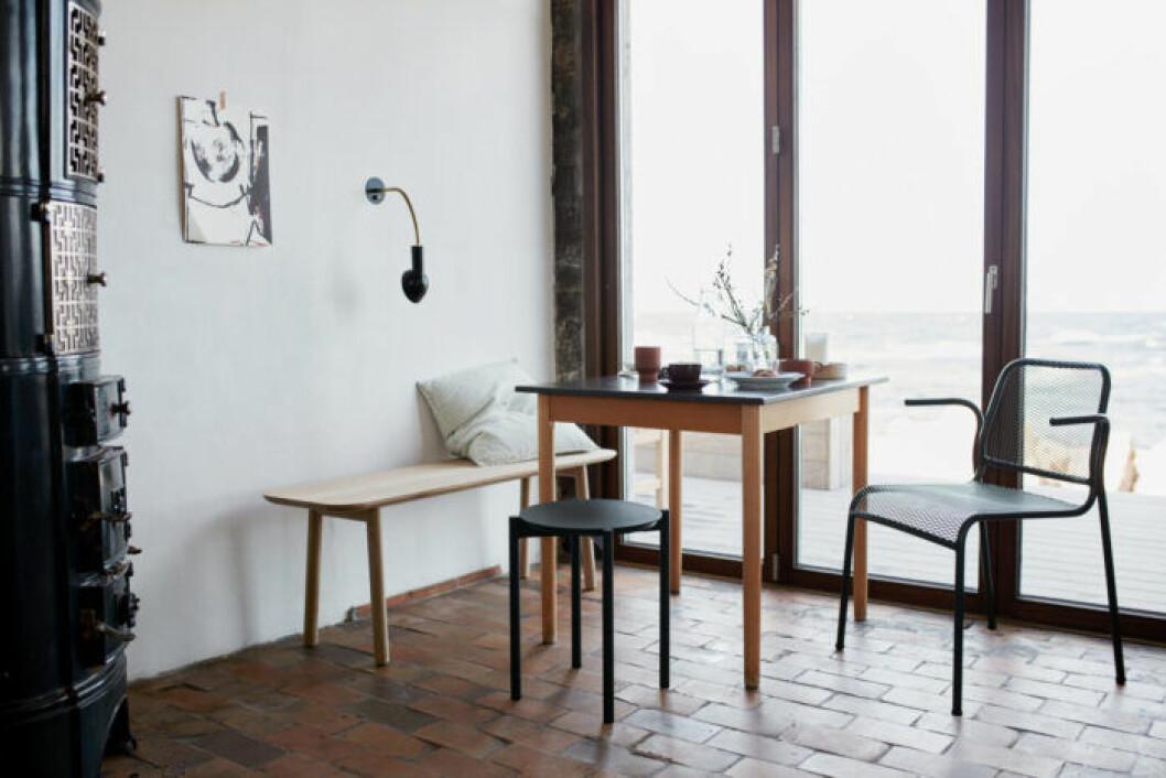 Inred med en sittbänk vid matbordet