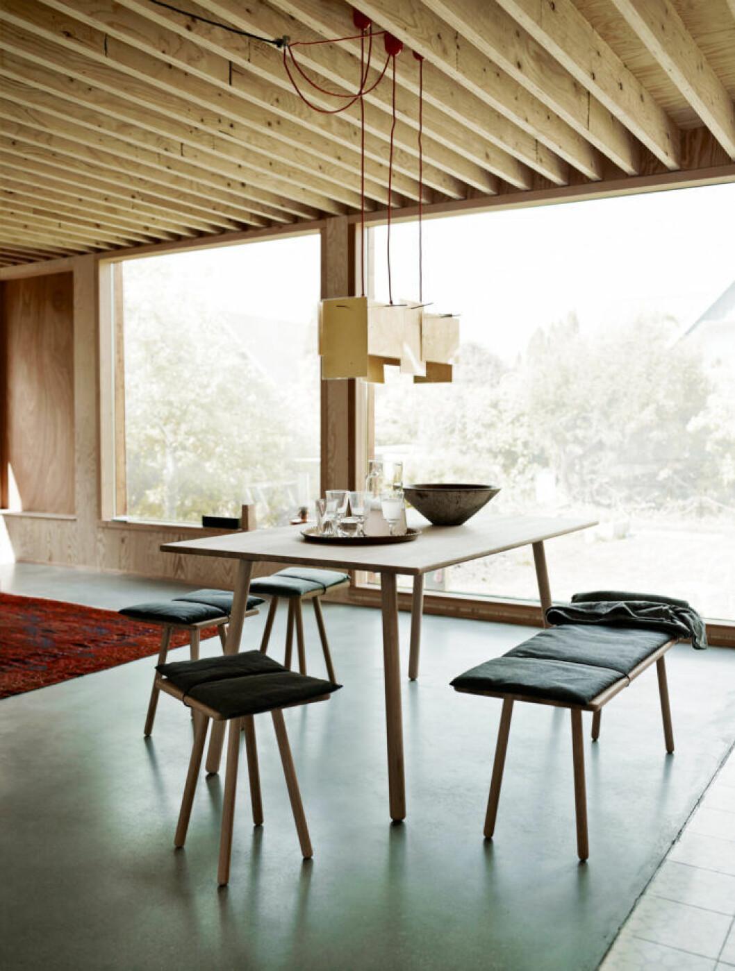 Bänk och pallar istället för stolar runt bordet