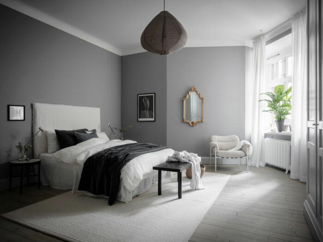 Hotellkänsla med sittbänk vid sängen