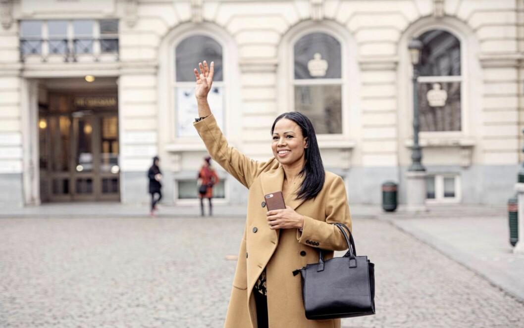 Alice Bah Kuhnke vinkar in en taxi i Bryssel.