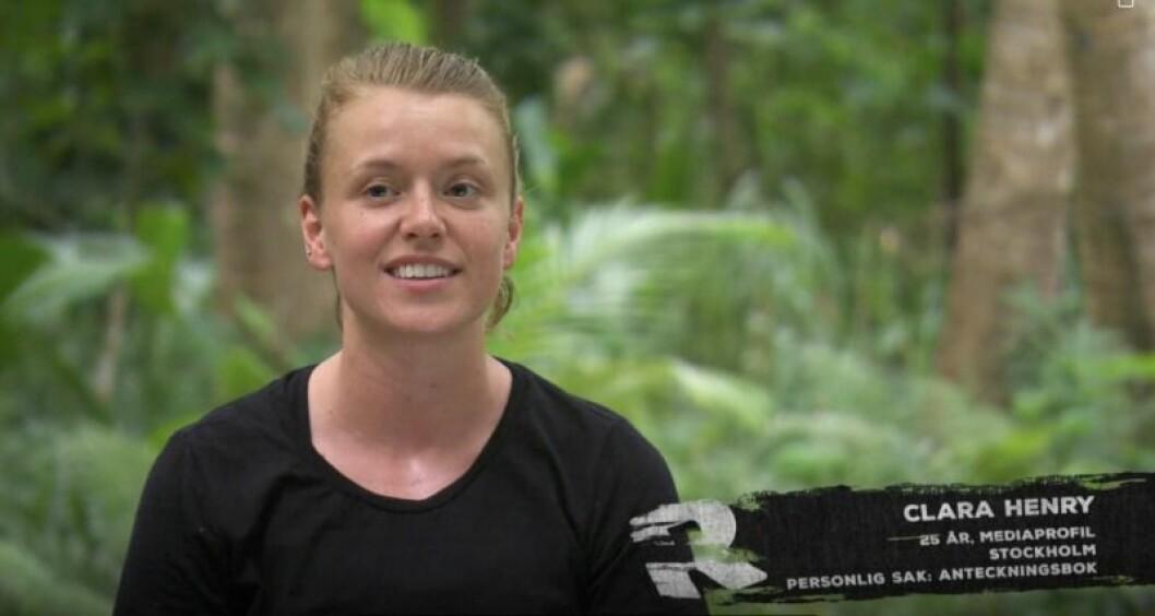 Clara Henry i en svart T-shirt i djungeln