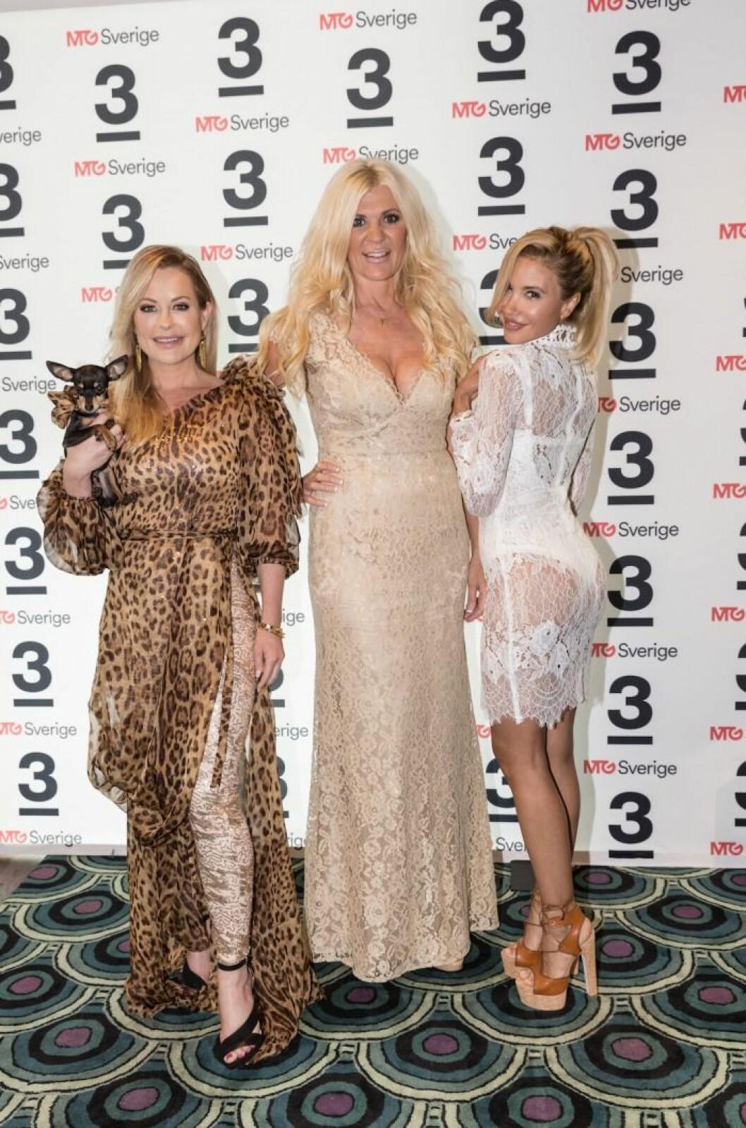 Elena Belle med Hollywoodfruarna Åsa Vesterlund och Maria Montazami.