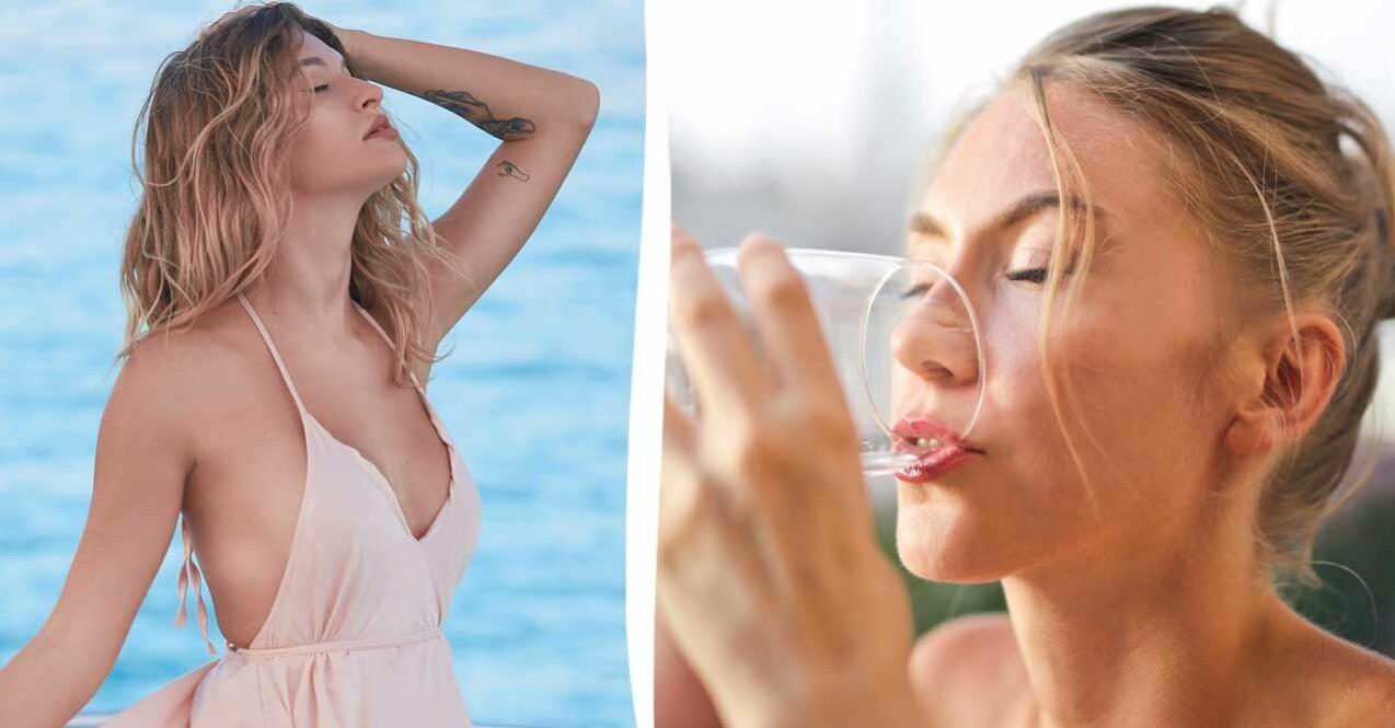 Kvinna solar vid havet kvinna dricker vatten