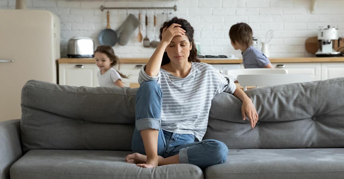 Kvinna är irriterad och barn springer i bakgrunden