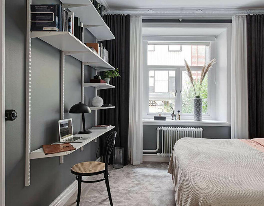 Kombinera bokhylla och skrivbord för smart förvaring