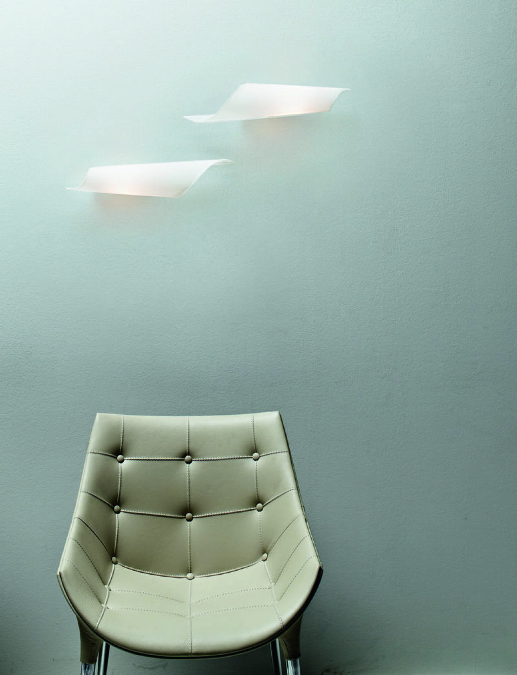 Snäckformad lampa i frostat glas