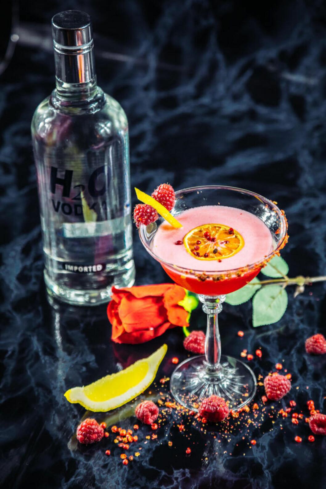 Vodkadrink med pepprig smak av rosépeppar.