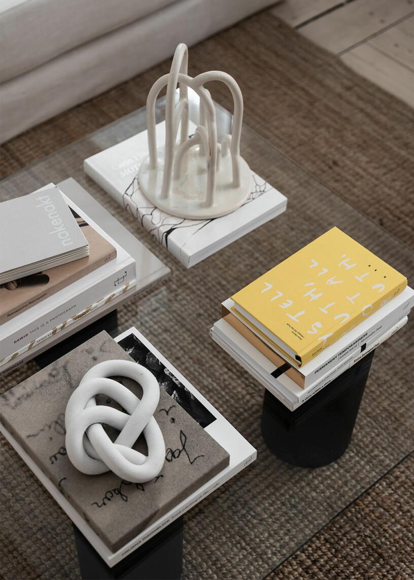 soffbord stylat med böcker och skulpturer