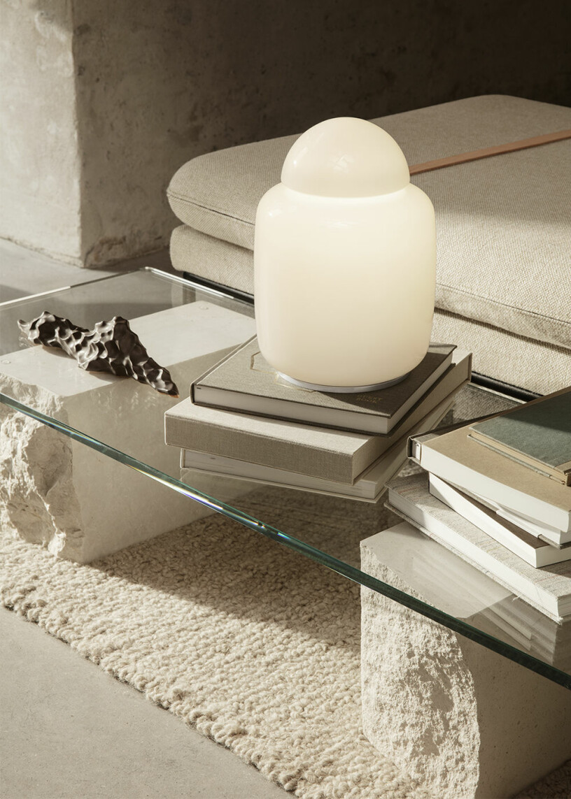 soffbord i glas med böcker, inredningsdetalj och lampa från ferm living