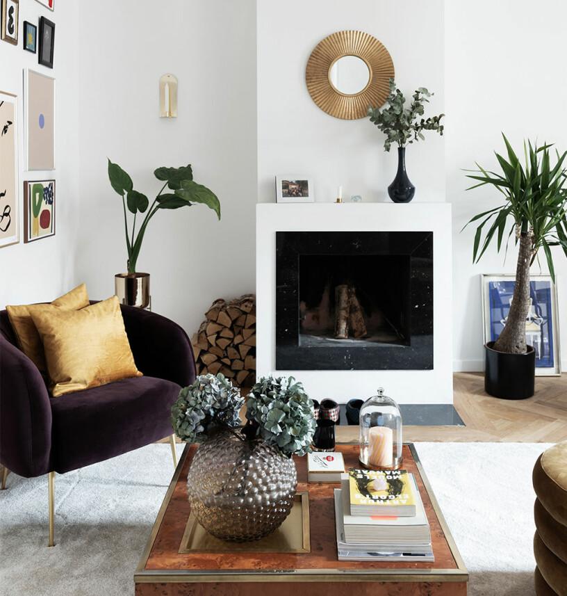 soffbord med fina inredningsdetaljer - vas, blommor, böcker och ljus