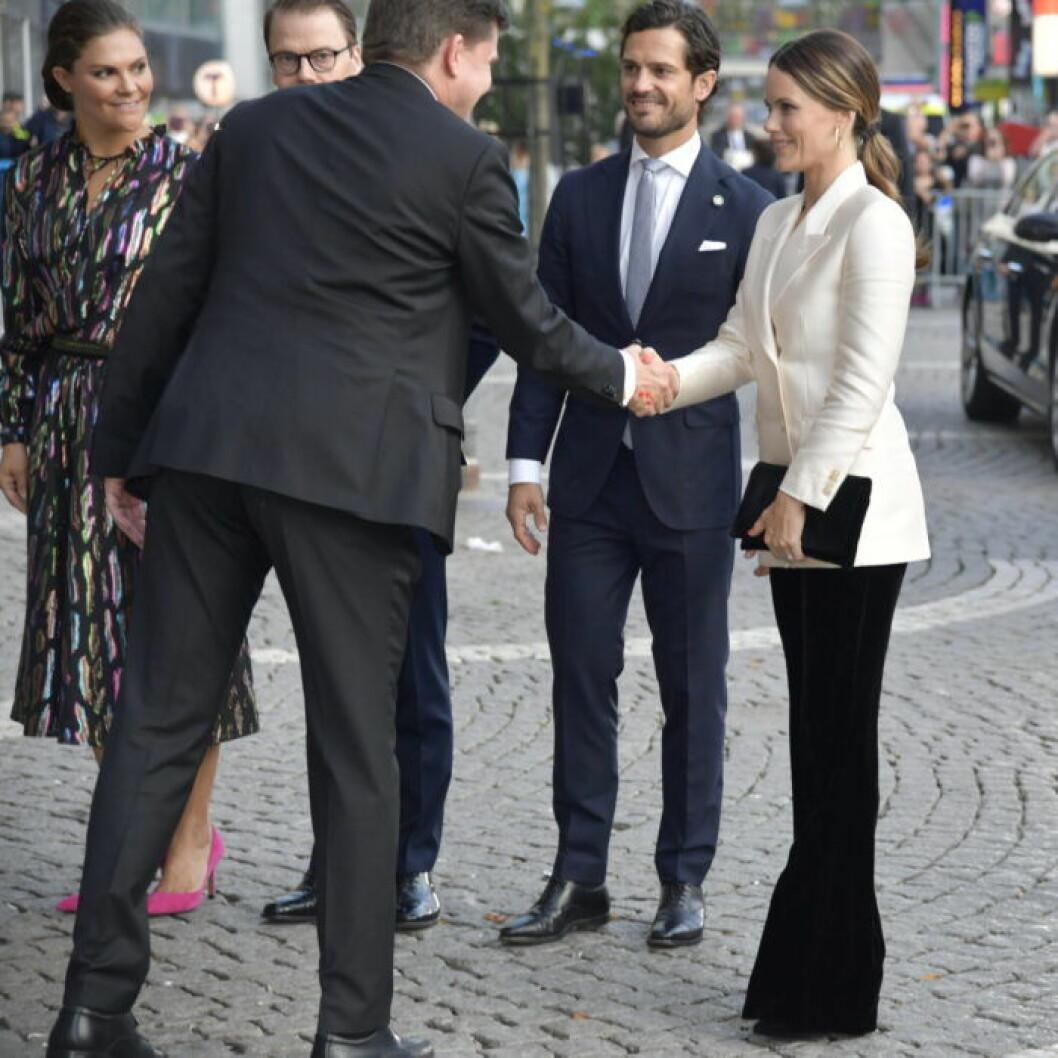 Sofia tar i hand med talmannen, Victoria, Daniel och Carl Philip ser på