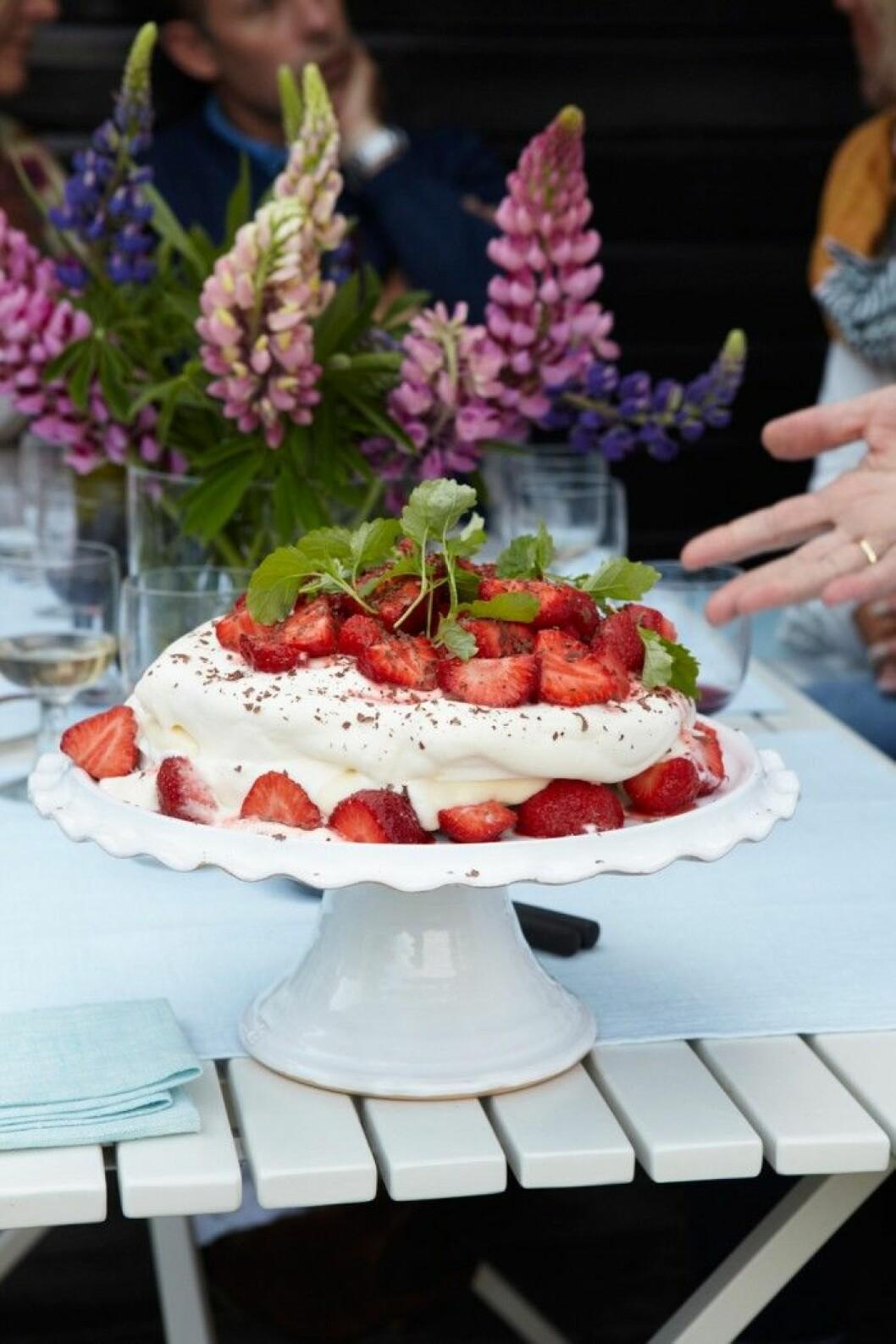 sommarfika–recept–-jordgubbstarta-marang