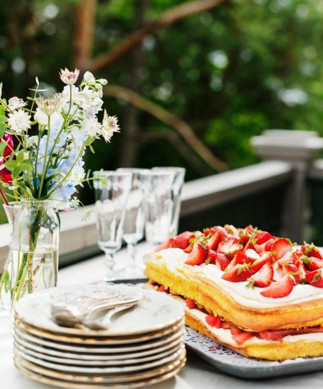sommarfika–recept–fluffig-jordgubbstarta