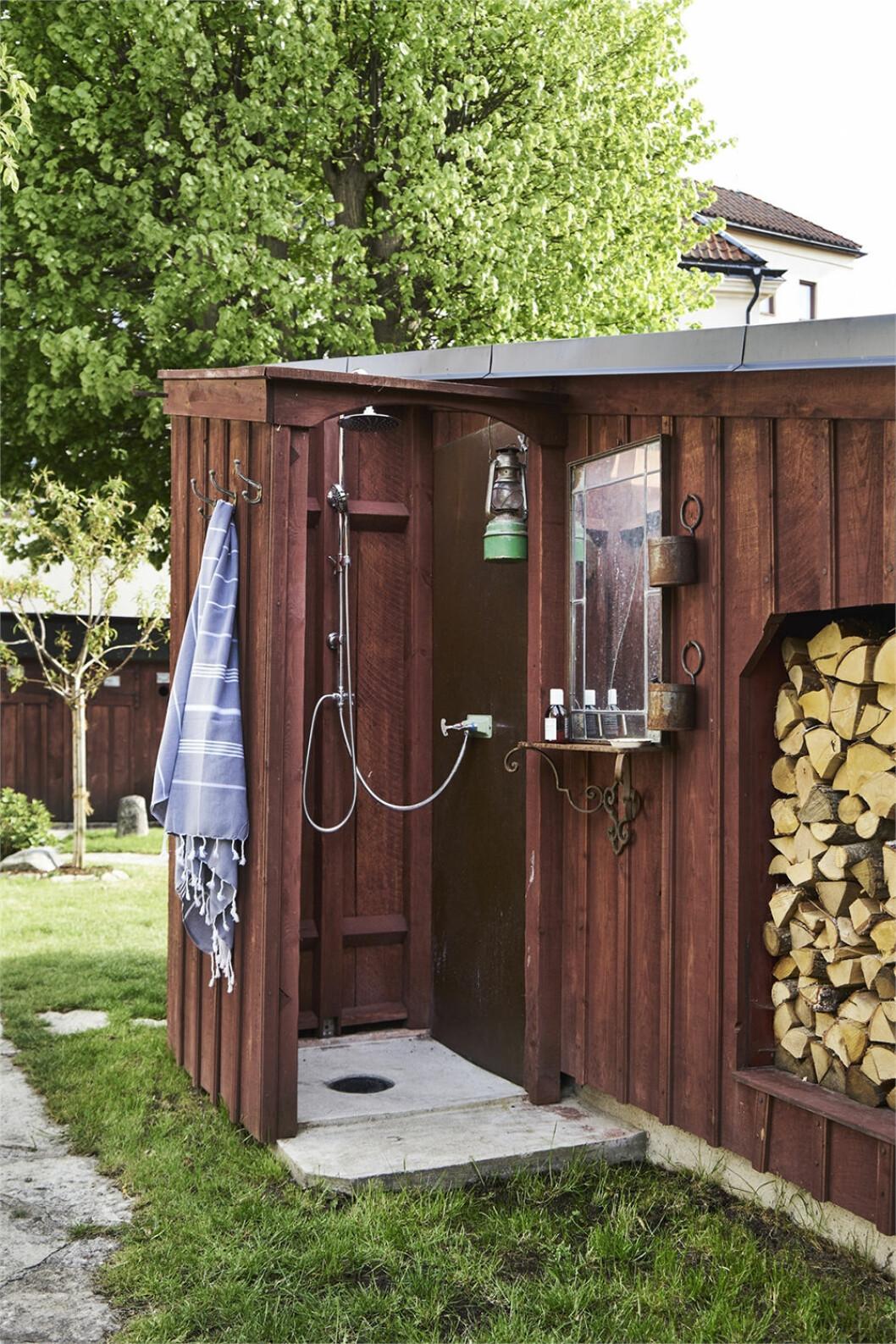Snygg utomhusdusch i sommarhus