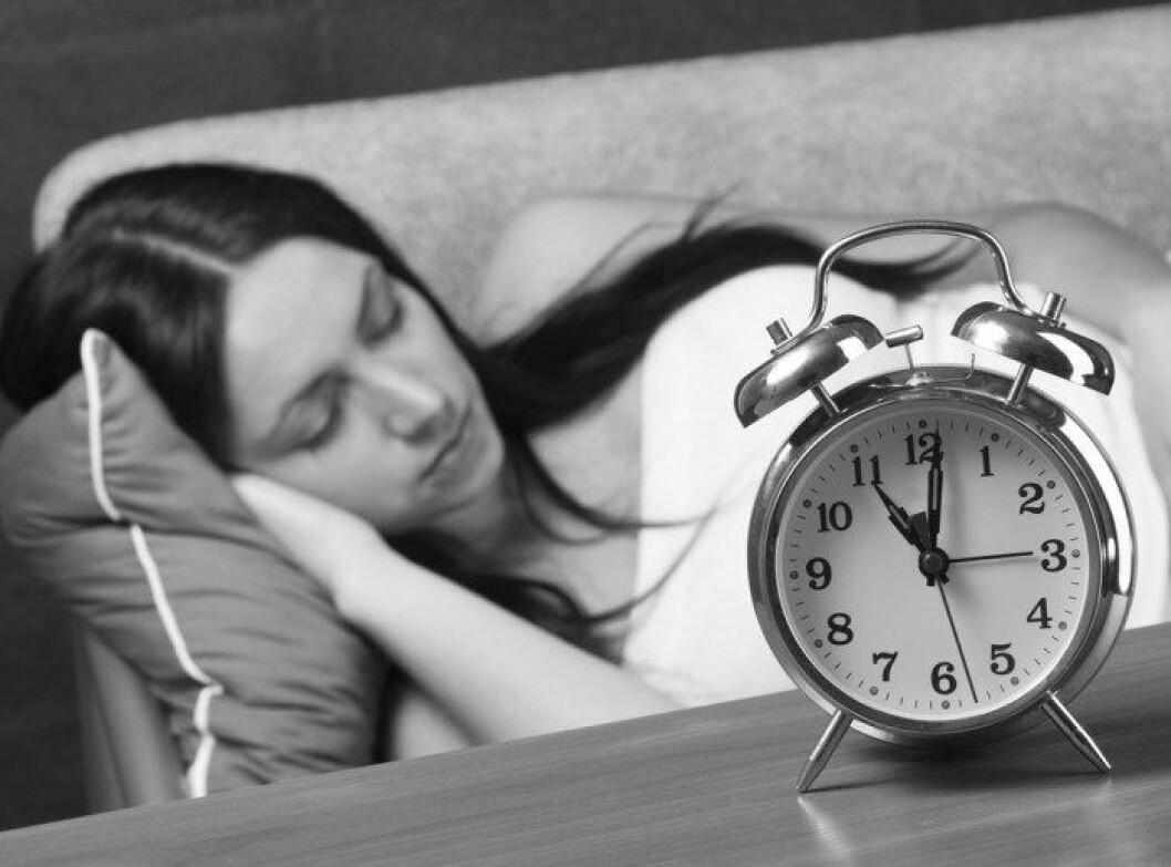sovande-kvinna-i-soffa-med-alarmklocka-700x518