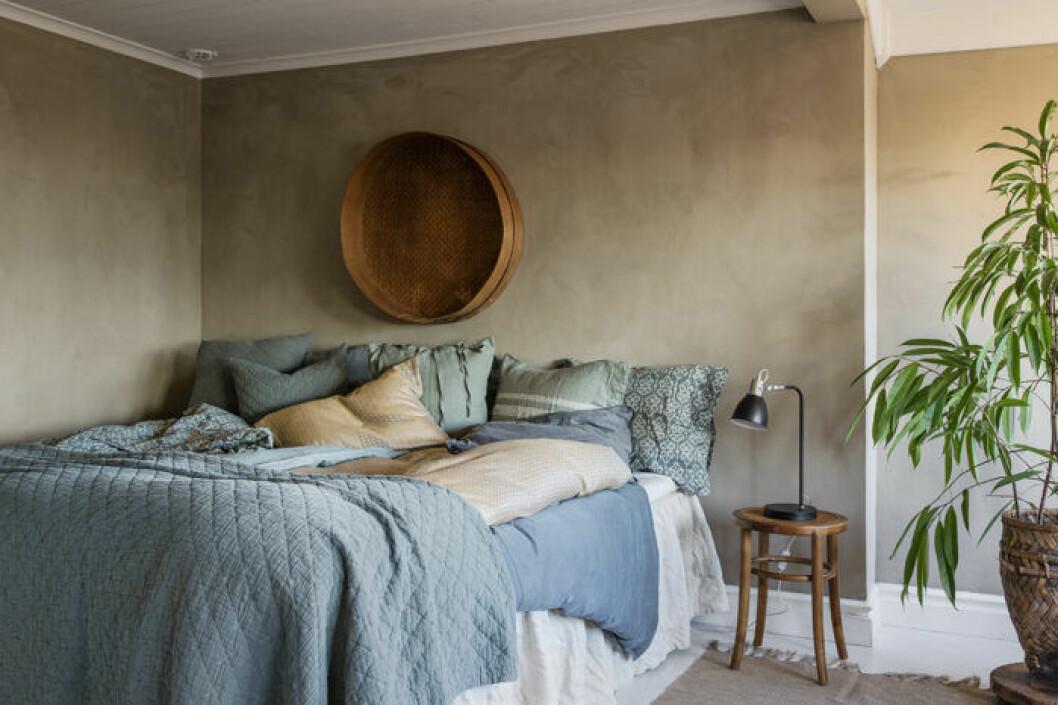 Naturmaterial och patina kan göra sovrummet mysigare.