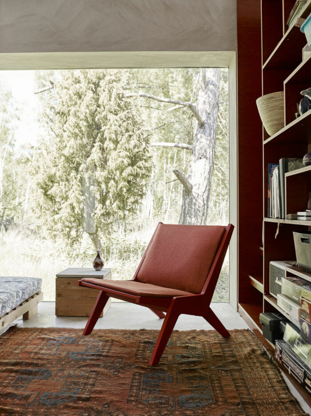 Ställ en bekväm stol i ett hörn och vips har du en läshörna.