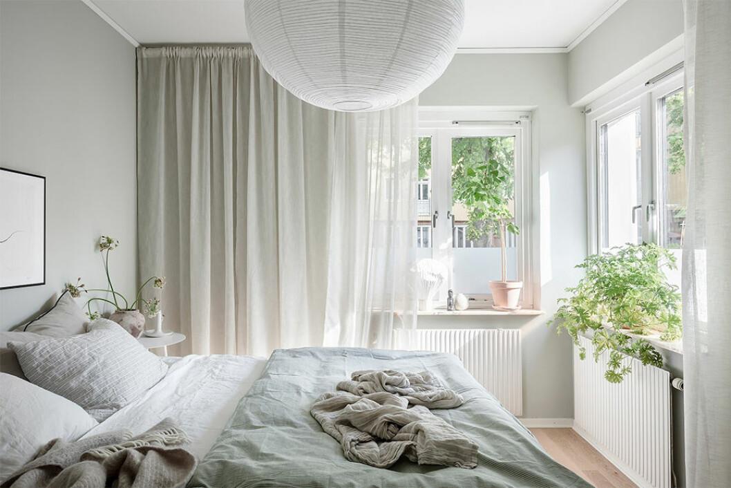sovrum med somrig inredning