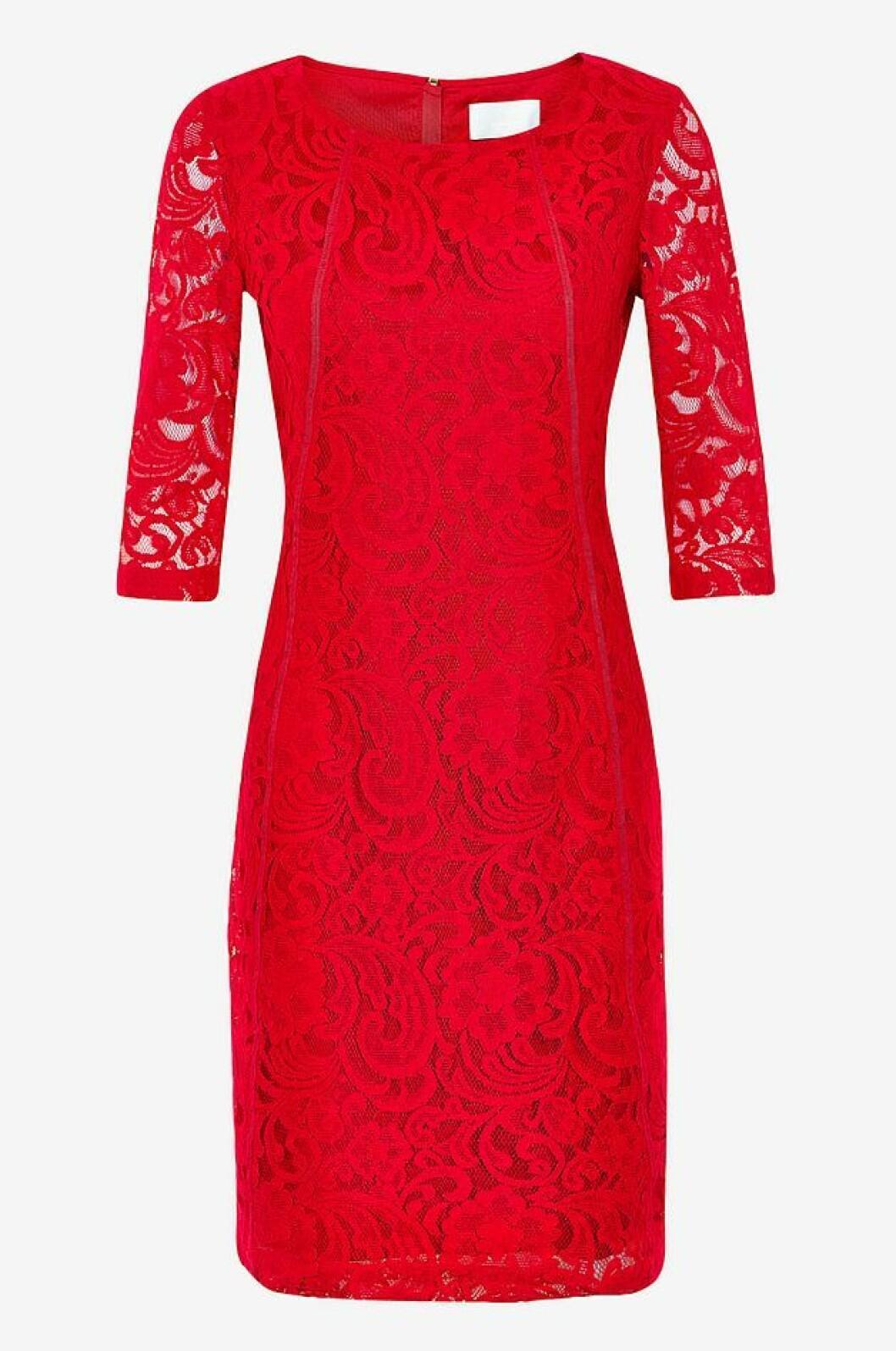 Röd spetsklänning