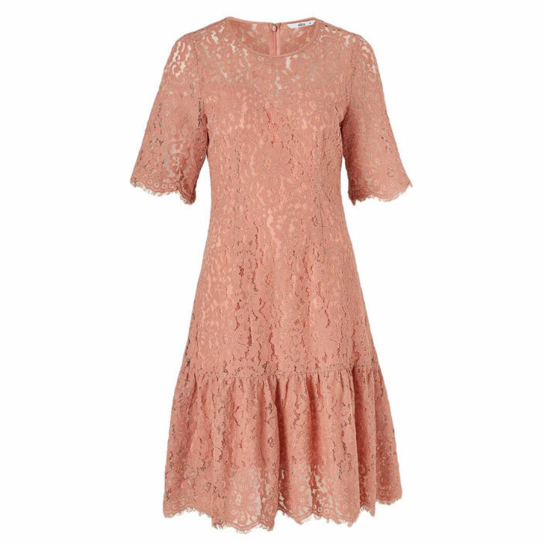 Rosa spetsklänning med volangkjol
