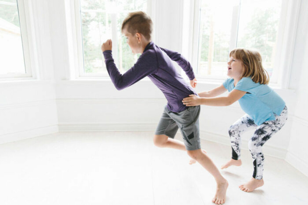 Barn som tränar tillsammans och springer
