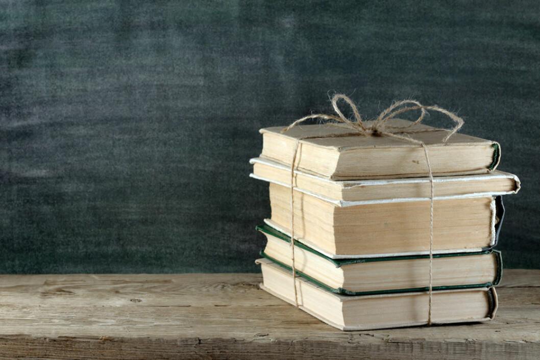 STACK-OF-BOOKS-COLOURBOX6120287