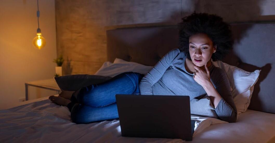 Kvinna i sängen som inte kan sova