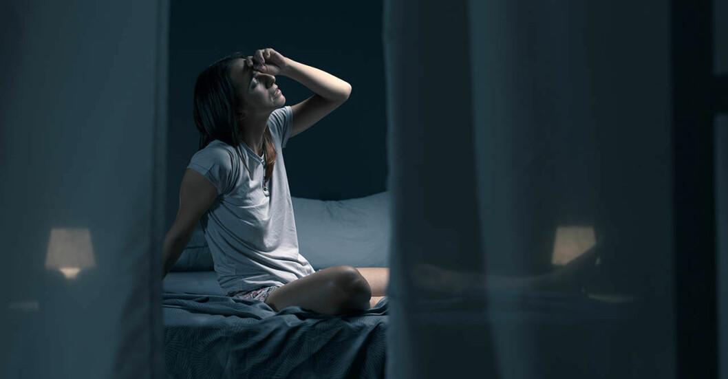 Kvinna som inte kan sova i sommarvärmen