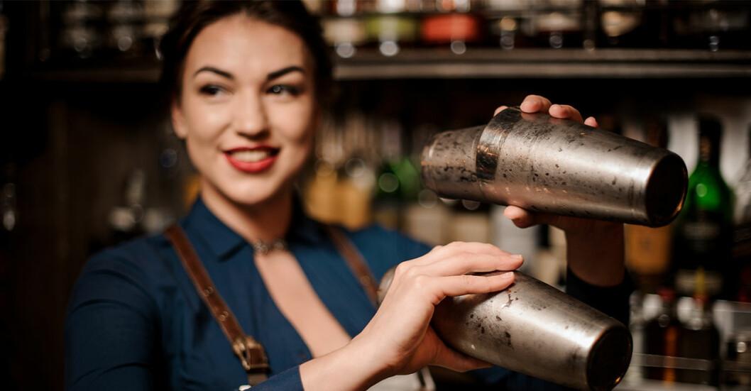 Bartender som blandar drinkar