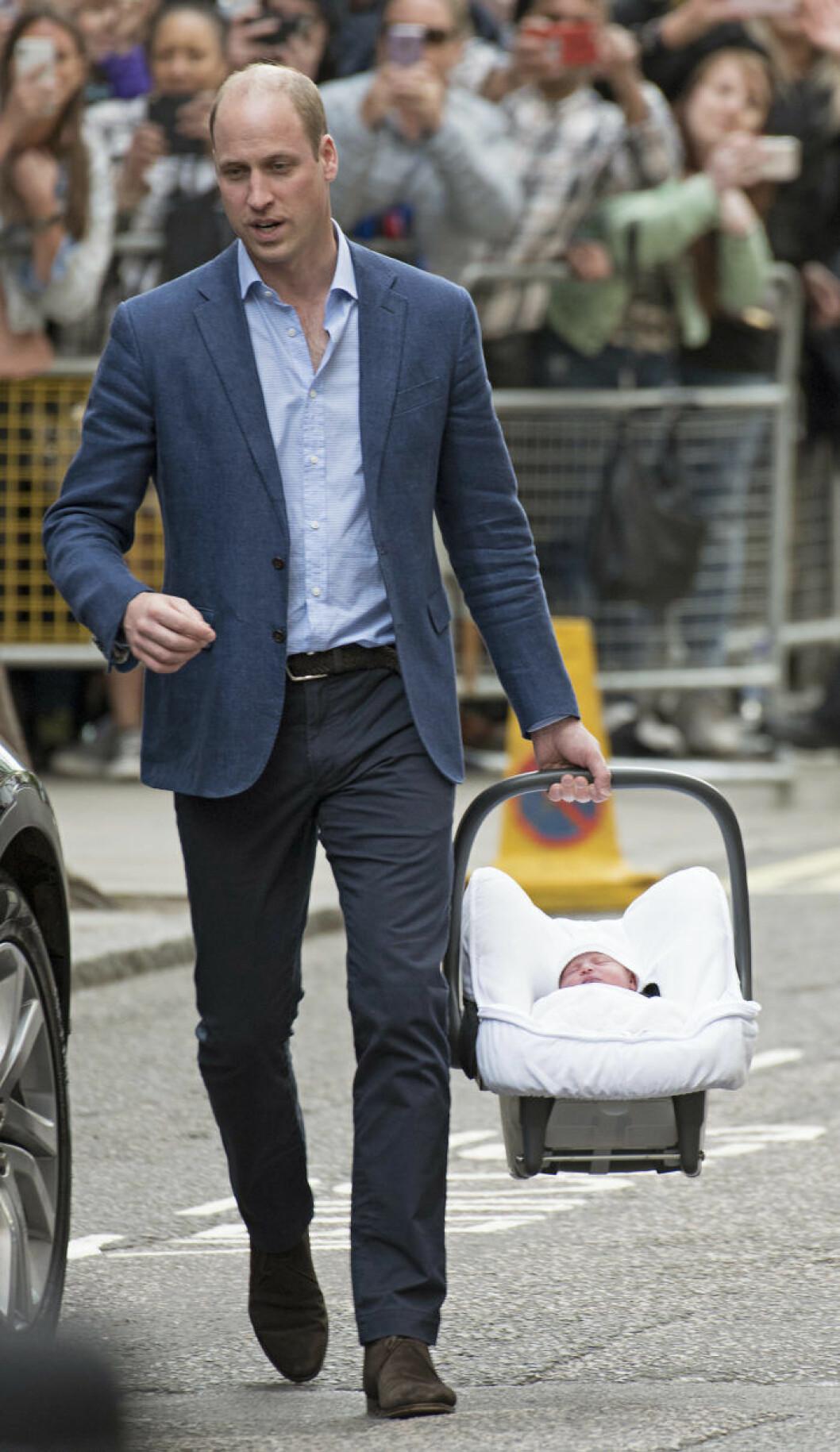 Prins William med nyfödde Louis.