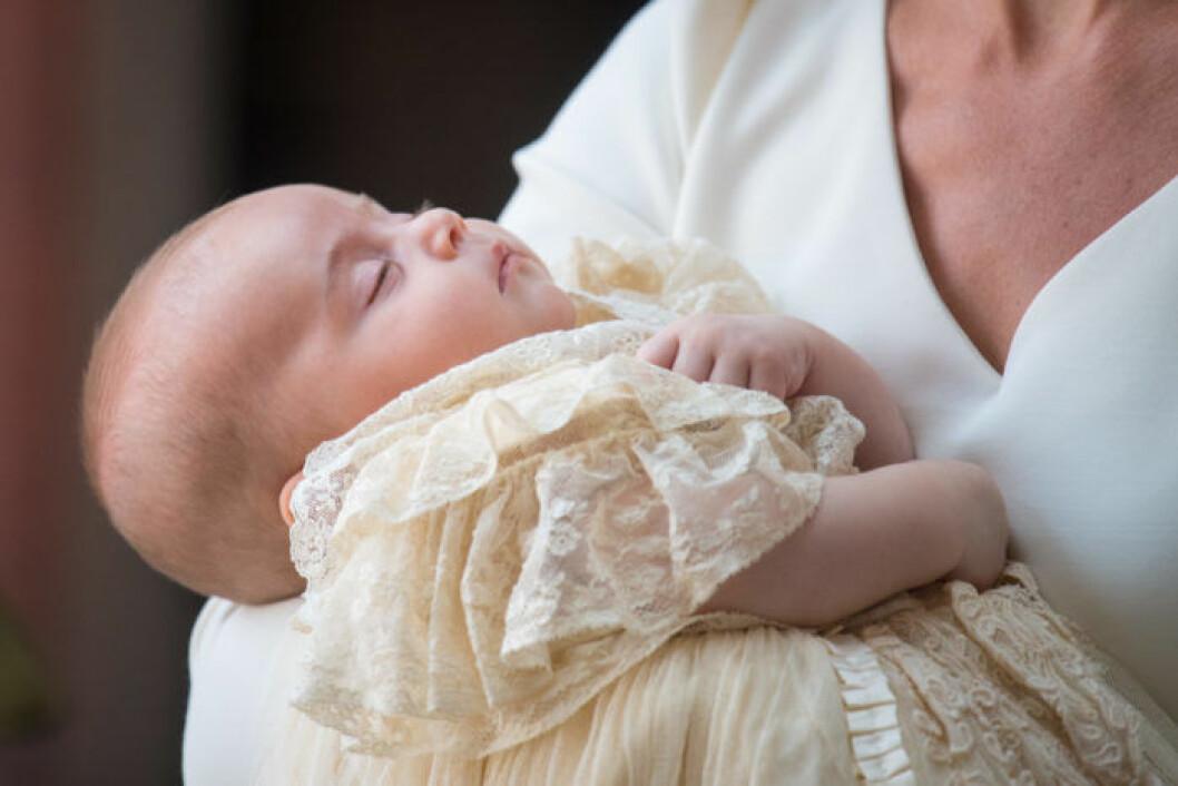 Prins Louis anländer till sitt dop i Catherines famn.